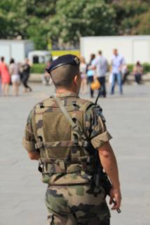 Militaire patrouillant à Paris dans le cadre de l'opération Vigipirate © Fabien R.C.