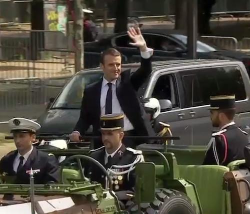 Emmanuel Macron remonte en Jeep l'avenue des Champs-Elysées de la grille du Coq derrière le Palais de l'Elysée jusqu'à l'Arc de Triomphe pour rallumer la tombe du Soldat inconnu © DR