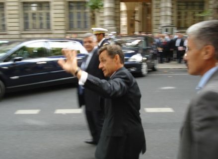 Petit bain de foule de Nicolas Sarkozy à la Préfecture de Police