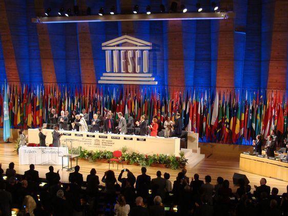 Irina Bokova est félicitée par le Président du Conseil exécutif sous les applaudissements des représentants des pays membres