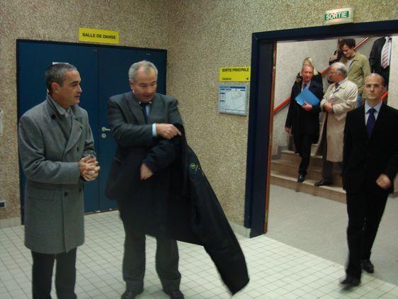 Accueil courtois du Maire par Jean-Charles Bossard, 1er adjoint au maire du 6ème, et Philippe Queulin, Directeur Général des Services du 6ème, à l'extérieur et à l'intérieur du gymnase