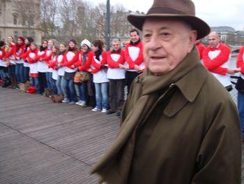 Pierre Bergé, Président du Sidaction, est venu soutenir l'initiative sur le Pont des Arts