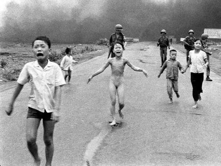 (c) Nick Ut, bombardamento al napalm, Vietnam, 1972 - Association Fonds Giov-Anna Piras