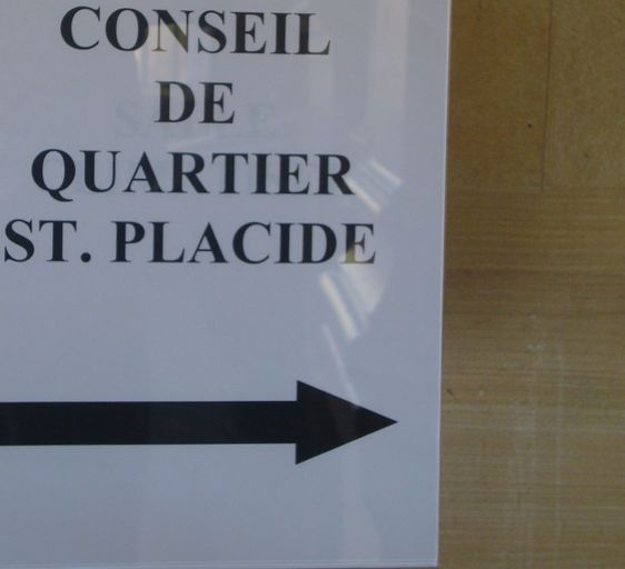 Panneau affichant la réunion du Conseil de quartier Saint-Placide.