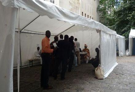 Des tentes blanches font office de bureaux de vote