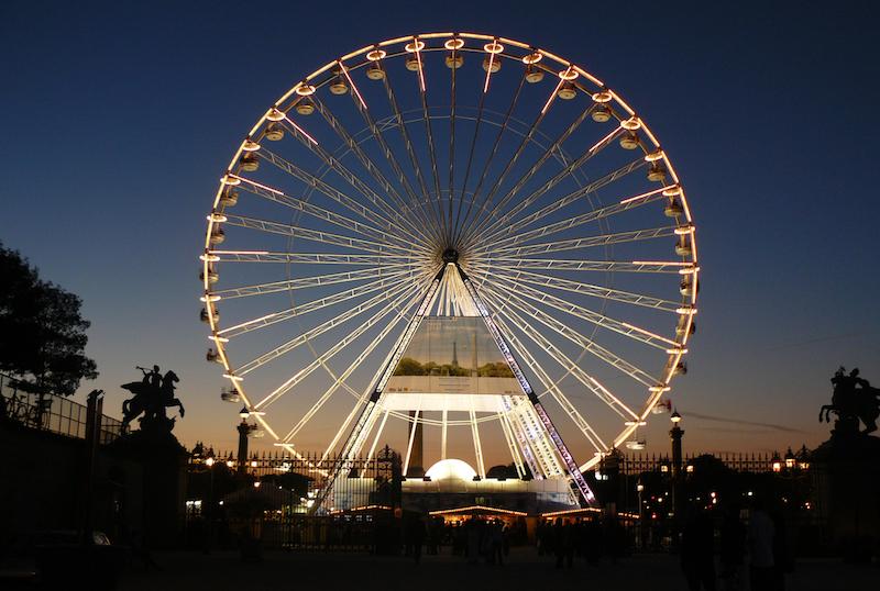 La précédente grande roue de Paris par Marie de Bueil sous licence CC - Une affiche centrale fait la promotion du rugby avec le logo de la Mairie de Paris.
