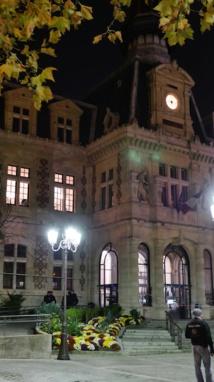 La mairie du 12e arrondissement est protégée par 10 fourgons de police et CRS le soir du vote du voeu © VD / PT