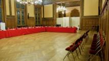 Moins de chaises pour le public pour éviter aux forains d'envahir la salle du conseil d'arrondissement pendant le vote du voeu sur la réduction de 50 % de la surface de la Foire du Trône © VD / PT