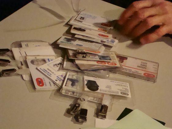 Des badges attestant du travail de sans-papiers dans des entreprises