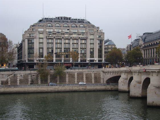 La Samaritaine, fondé en 1869 par Ernest Cognacq et Marie-Louise Jaÿ, est construite dans un style Art déco