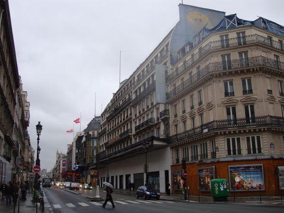 En tout : 10 étages et 48.000 m² de surface de vente, rachetés en 2001 par le groupe LVMH qui ferme le site en juin 2005