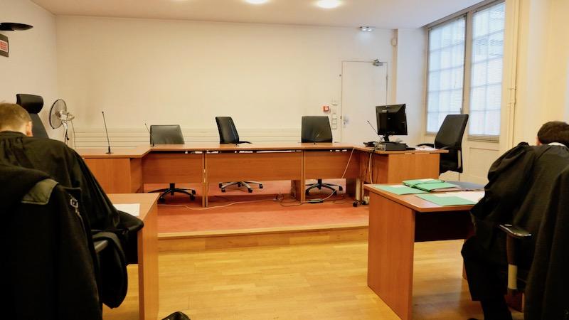 Maître Régis Froger (à gauche) et Maître Stéphane Colmant (à droite) avant le début de l'audience en référé au tribunal administratif de Paris © VD PT
