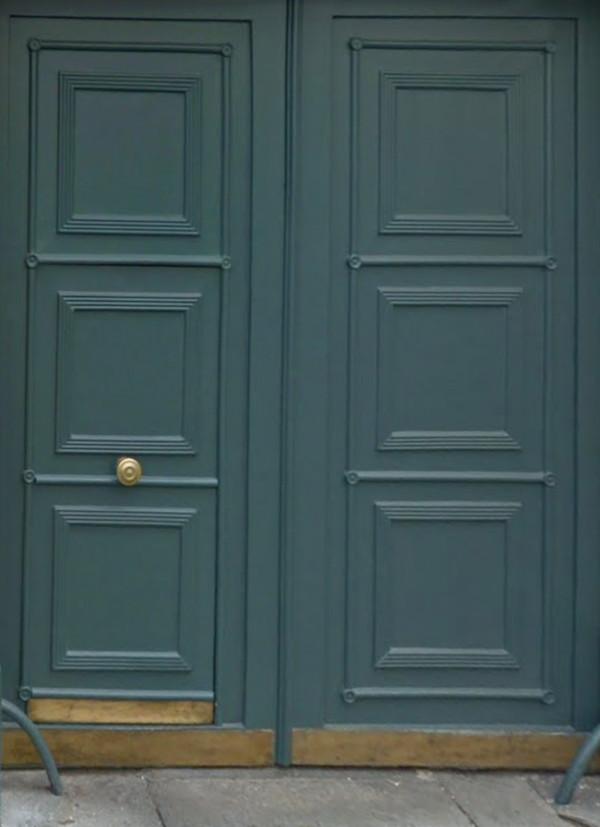 La porte de l'immeuble rue de Grenelle 75007 Paris © DR.