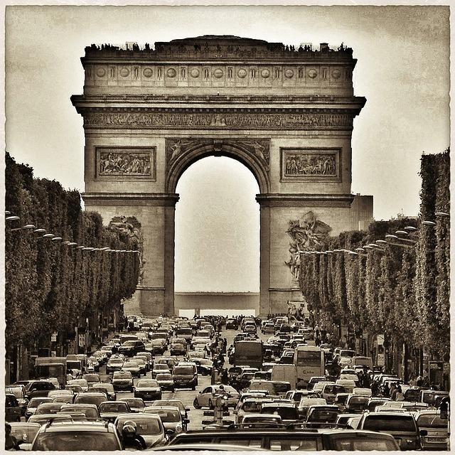 L'avenue des Champs-Elysées avec des voitures © DR
