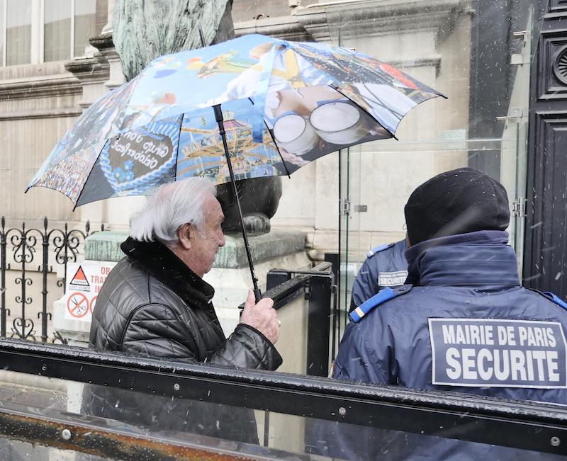 Après une fin de matinée dans les tribunes pour le public au conseil de Paris, Marcel Campion revient à l'Hôtel de Ville pour l'après-midi © VD / PT