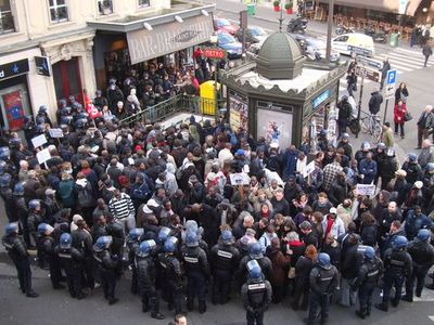 Les 85 travailleurs sans papiers en grève expulsés du 8 rue du Regard et regroupés à la station Saint-Placide