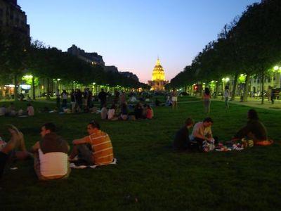 L'avenue de Breteuil a accueilli ceux qui souhaitaient prendre l'apéro sans interdits