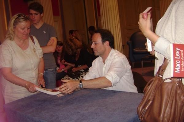 Marc Levy entouré de ses fans dans la salle des fêtes de la Mairie
