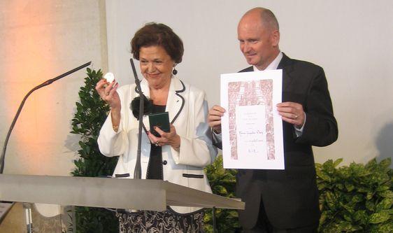 Remise de la médaille de vermeil de la Ville de Paris à Jacqueline Ouy par Christophe Girard, adjoint au Maire de Paris en charge de la Culture, le 4 juillet 2007