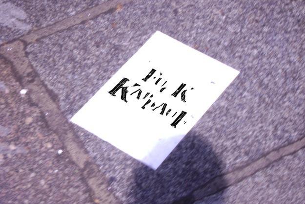 Sticker collé sur le pavé, boulevard saint Germain-des-Près