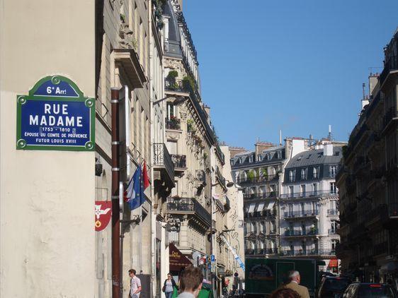(c) TdP : A l'angle de la rue du Vieux Colombier, la rue Madâme et la rue Bonaparte ont été le théâtre de violences inouïes