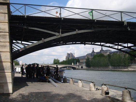 Sous la passerelle des Arts le 23 juillet à 11h45 - Les pompiers de Paris s'entrainent