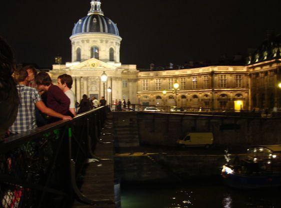Passerelle des Arts dans la nuit du 24 au 25 juillet à 00h 35 - Le lieu de l'entrainement des pompiers se situait juste sous le pont