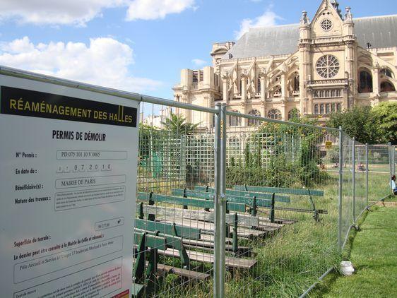 Le 2ème permis de démolir, en date du 27 juillet, est affiché le jour même tout autour du jardin des Halles