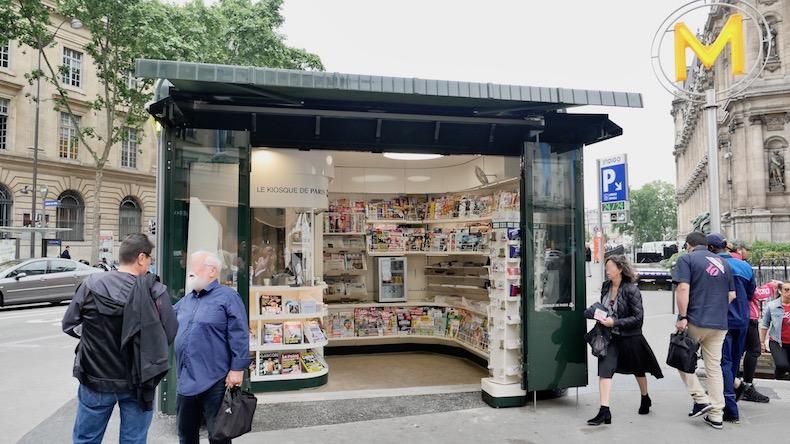 L'image du jour : un kiosque à journaux tout neuf devant l'Hôtel de Ville