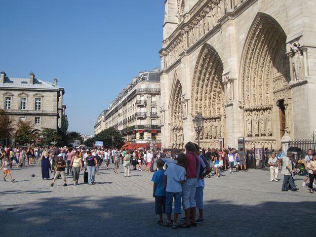 Le parvis Notre-Dame rempli de touristes en été