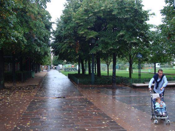 L'allée Blaise Cendrars, derrière la Porte du Pont-Neuf, parallèle à la rue Berger