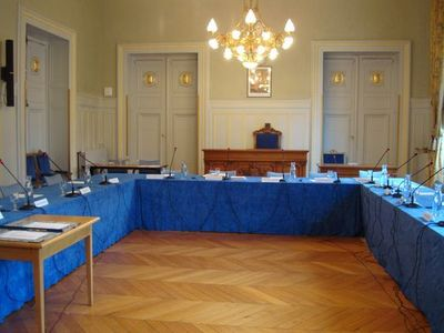 La salle des mariages de la mairie du 6ème arrondissement transformée en salle pour le conseil d'arrondissement