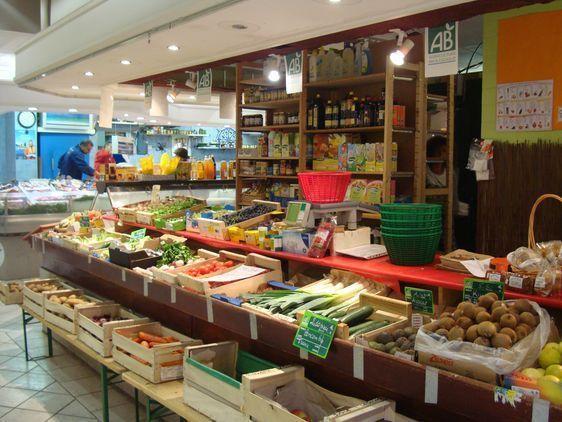 Y a-t-il rupture d'égalité entre le vendeur de fruits et légumes Bio du marché couvert Saint-Germain payant une redevance à la Mairie de Paris et le vendeur de paniers bio dont la distribution se fait à la mairie du 6ème ?