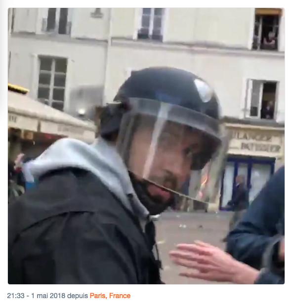 Alexandre Benalla non encore identifié place de la contrescarpe le 1er mai 2018 à 21h33 sur Twitter @T_Bouhafs.