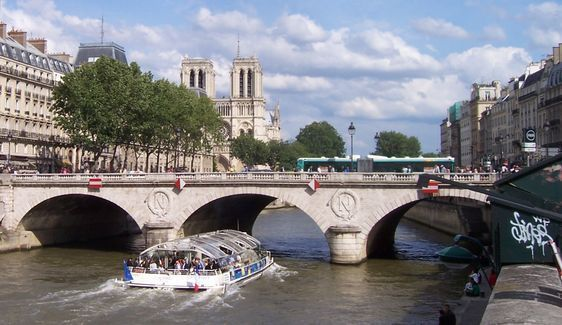 Le Pont Saint-Michel à Paris relie la rive gauche à l'île de la Cité