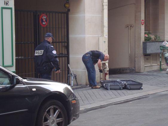 La valise suspecte est inspectée après avoir été ouverte par les démineurs