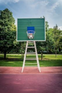 Terrain de basket en pleine terre © DR.