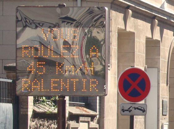 Panneau d'indicateur de vitesse à Paris.