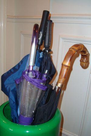 Attaque à main armée dissimulé derrière un parapluie ouvert