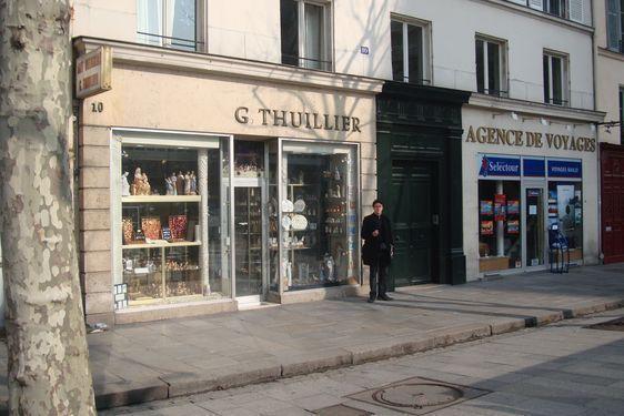 Commerce situé place Saint-Sulpice.