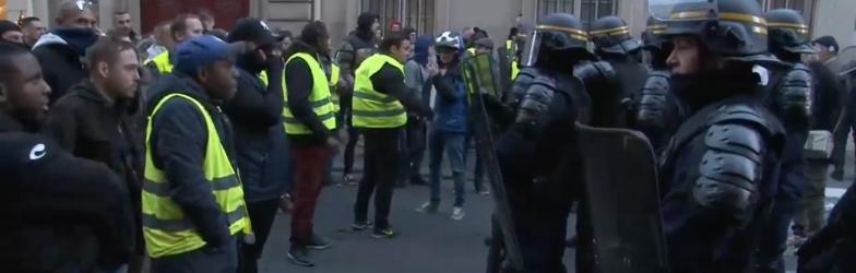 Face à face Gilets jaunes et policiers à deux pas de l'Elysée © DR.