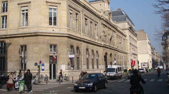 Le commissariat du 6e arrondissement de Paris, rue Bonaparte, dans les locaux de la mairie du 6e arrondissement de Paris.