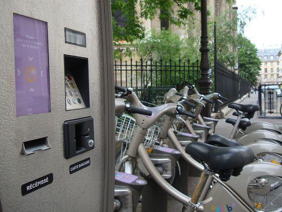 Borne Vélib dans le 7e arrondissement de Paris.