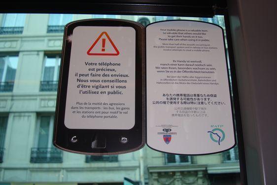 Campagne de prévention contre les vols de smartphones dans les bus parisiens depuis décembre 2010 par la préfecture de police en collaboration avec la RATP  - Photo : VD.