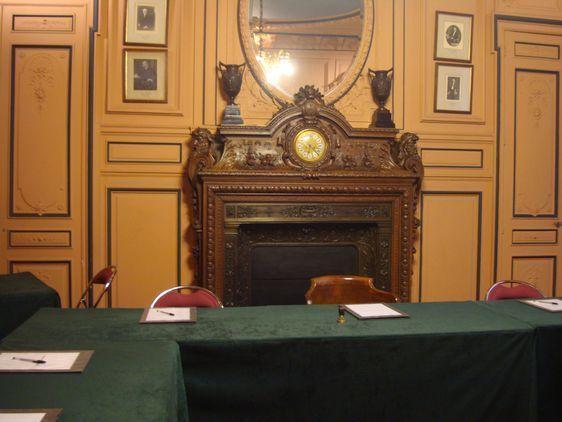 Avant le début du conseil du 8e arrondissement.