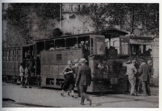 L'Arpajonnais avec ses voitures de voyageurs à impériale à la Porte d'Orléans dans les années 1920. Photo : RATP.