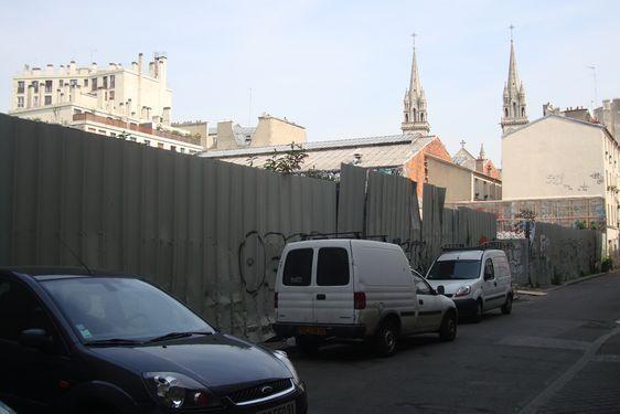 Fond de l'Impasse Truillot et vue sur la parcelle à gauche. La perspective devrait permettre de voir la Tour Montparnasse depuis le parvis de l'église Saint-Ambroise. Photo : Louise Wessier.