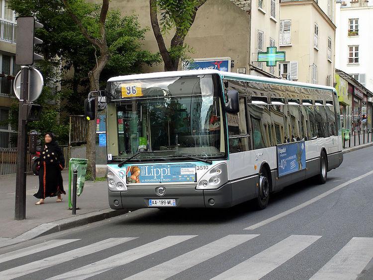 Un Irisbus Citelis assurant la ligne de bus RATP 96, rue de Menilmontant dans le 20e arrondissement de Paris - 2009 © Clicsouris BY-SA CC 3.0