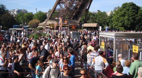File d'attente sous la Tour Eiffel.