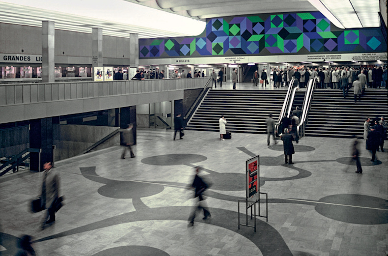 One of two large murals in the departure hall of Montparnasse station in Paris. Copryight SNCF Médiathèque, Adagp, 2018